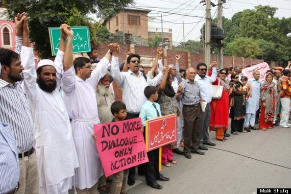 Pakistani Muslims Form Human Chain To Protect Christians During Mass (photos)